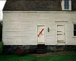 Il marchio rosso sulle case del villaggio
