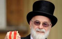 Terry Pratchett, cavaliere con spada