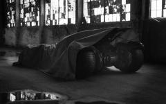 Batman vs Superman: svelati il Batsuit e la Batmobile