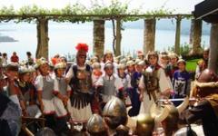 Cosa ci fanno dei romani alla Rocca Borromeo?