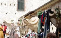Folla entusiasta alla prima domenica medievale della Rocca di Angera