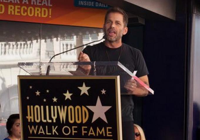 Zack Snyder pronuncia il suo discorso durante la cerimonia in onore di Bob Kane