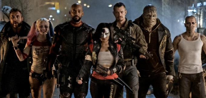 La Suicide Squad, da sinistra a destra: Captain Boomerang (Jai Courtney), Harley Quinn (Margot Robbie), Deadshot (Will Smith), Katana (Karen Fukuhara), Rick Flag (Joel Kinnaman), Killer Croc (Adewale Akinnuoye-Agbaje), El Diablo (Jay Hernandez)