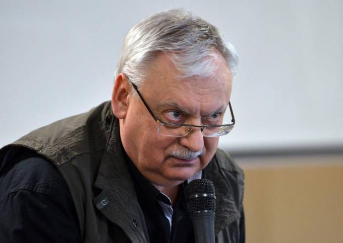 <i>Andrzej Sapkowski</i>