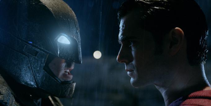 Il confronto tra Batman (Ben Affleck) e Superman (Henry Cavill) in un'immagine ufficiale del film