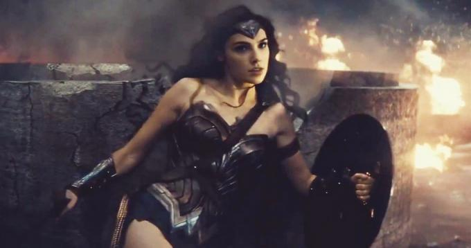 Wonder Woman (Gal Gadot) in un fotogramma del trailer di Batman v Superman: Dawn of Justice