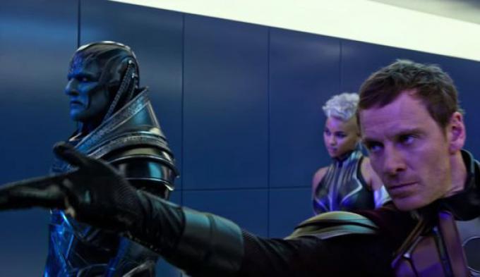 Oscar Isaac (Apocalisse), Alexandra Shipp (Tempesta) e Michael Fassbender (Magneto) in X-Men: Apocalypse