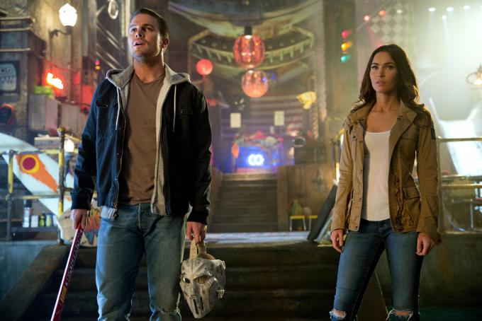 Stephen Amell interpreta Casey Jones e Megan Fox è April O'Neil in 'Tartarughe Ninja: Fuori dall'ombra.