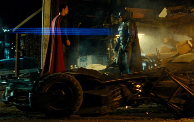 Superman (Henry Cavill) e Batman (Ben Affleck) faccia a faccia, in un fotogramma del film