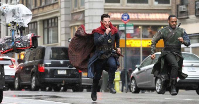 Benedict Cumberbatch eChiwetel Ejiofor (Barone Mordo) sul set di Doctor Strange