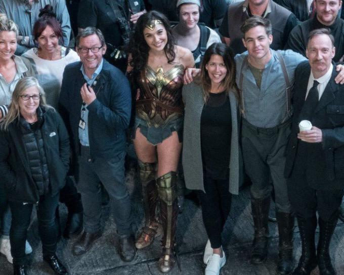 Gal Gadot (Diana Prince/Wonder Woman), la regista Patty Jenkins, Chris Pine (Steve Trevor) e David Thewlis con il cast e la troupe di Wonder Woman