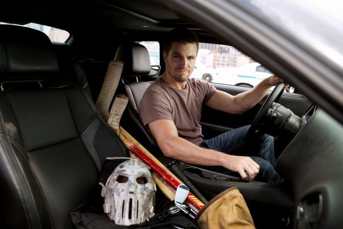Stephen Amell nel ruolo di Casey Jones, il vigilante con la maschera da hockey