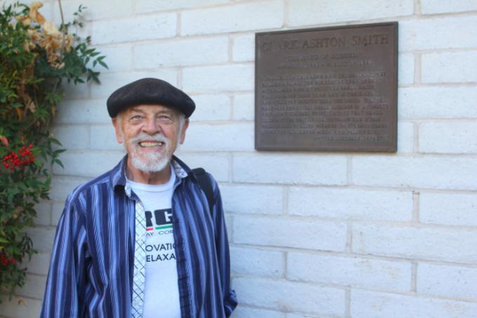 Il poeta Donald Sidney-Fryar davanti alla targa dedicata a Clark Ashton Smith nella città di Auburn