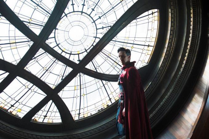 Benedict Cumberbatch nel Sanctum Sanctorum di Doctor Strange