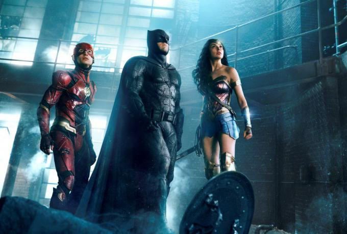 Ezra Miller (Flash), Ben Affleck (Batman) e Gal Gadot (Wonder Woman) in Justice League -Courtesy of Warner Bros. Pictures/ TM & (c) DC Comics