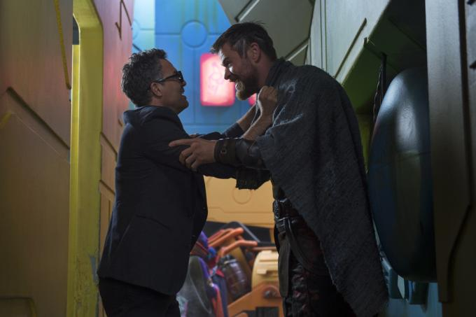 Mark Ruffalo e Chris Hemsworth in Thor: Ragnarok