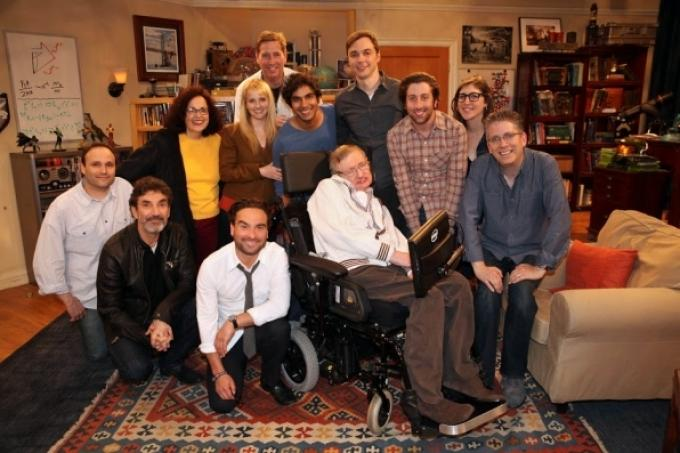 Stephen Hawiking e il cast di The Big Bang Theory
