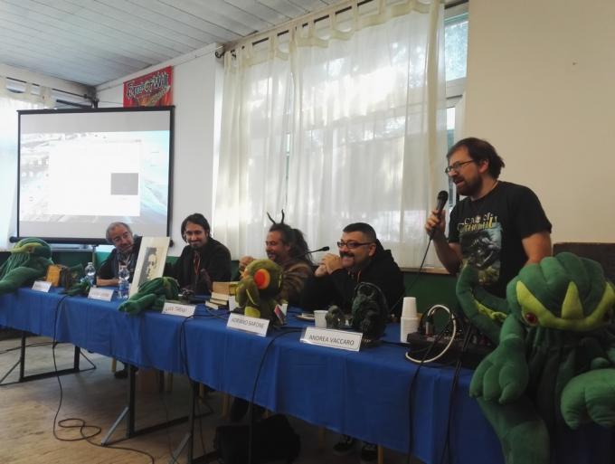 Roberto Savoini, Sandro Capone, Luca Tarenzi, Adriano Barone, Andrea Vaccaro e tanti piccoli Cthulhu alla conferenza Viral Lovecraft: Lovecraft a Stranimondi 2018.