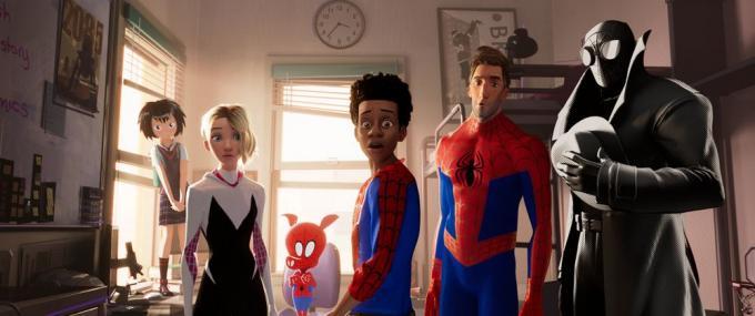 Da sinistra: Peni Parker, Gwen Stacy alias Spider-Gwen, Spider-Ham, Miles Morales, Peter Parker, Spider-Man Noir