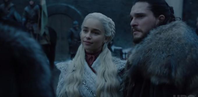 Emilia Clarke, Kit Harington e Sophie Turner (di spalle) nell'ottava stagione di Il trono di spade
