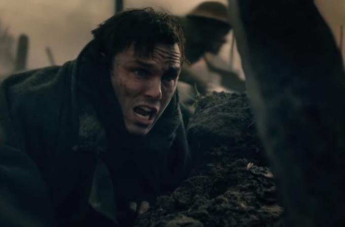 Nicholas Hoult interpreta J.R.R. Tolkien nel biopic dedicato alla giovinezza dell'autore inglese.