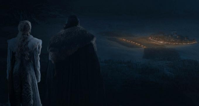 Daenerys Targaryen (Emilia Clarke) e Jon Snow (Kit Harington) prima della battaglia. A destra, sullo sfondo, Grande Inverno e le forze schierate dell'Alleanza dei Viventi.
