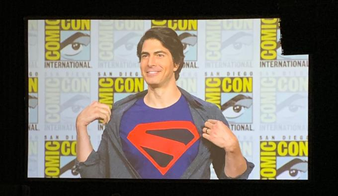 Brandon Routh annuncia il proprio ruolo di Superman in Crisi sulle Terre Infinite al San Diego Comic-Con 2019. (Foto dal tweet di @ARROWwriters)