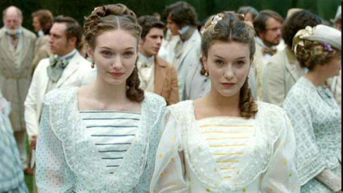 Eleanor Tomlinson (sulla destra) in Alice in Wonderland