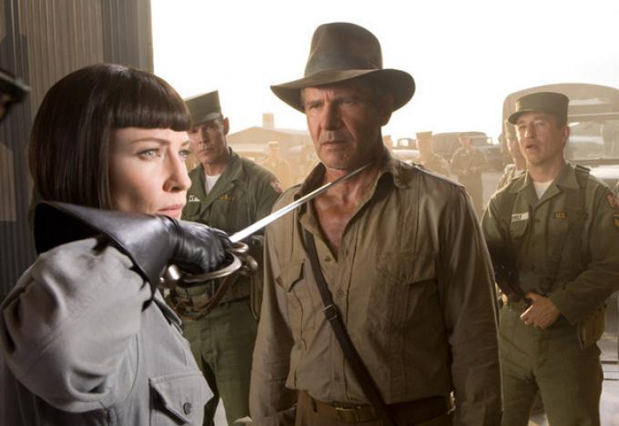 Cate Blanchett è l'Agente Spalko. Riuscirà a resistere al fascino attempato di Indy/Harrison Ford?
