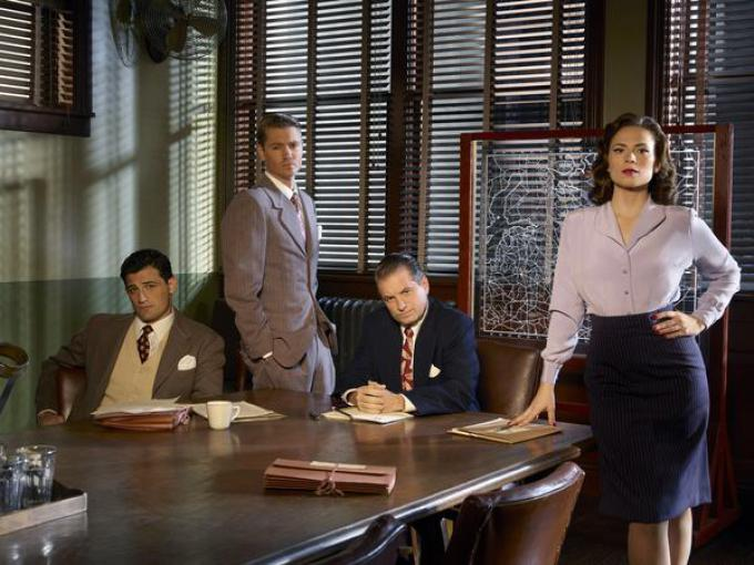 Il cast di Agent Carter: Agente Daniel Sousa (Enver Gjokaj), Jack Thompson (Chad Michael Murray), Roger Dooley (Shea Whigham) e Agente Peggy Carter (Hayley Atwell).