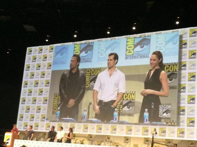 Ben Affleck (Batman), Henry Cavill (Superman) e Gal Gadot (Wonder Woman) nella Hall H della Comic-Con di San Diego