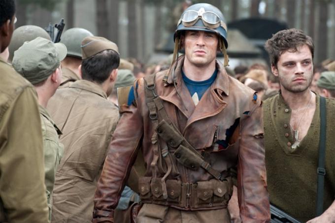 Da sinistra Chris Evans è Steve Rogers, Sebastian Stan è Bucky.