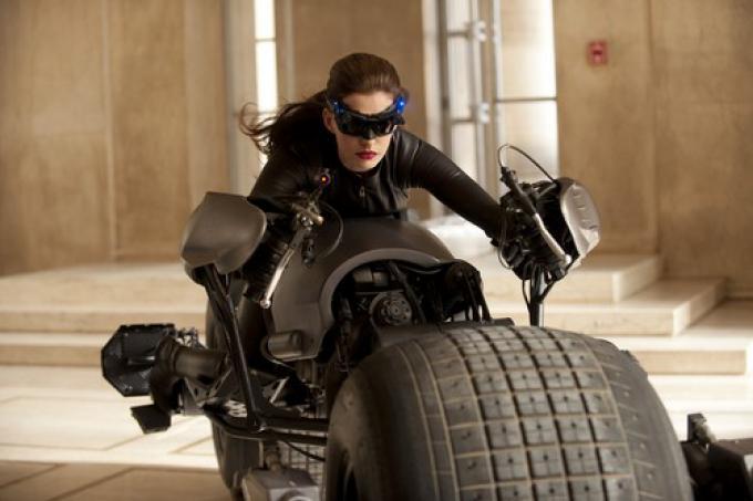 La prima foto ufficiale di Anne Hathaway nella parte di Catwoman in The Dark Knight Rises.