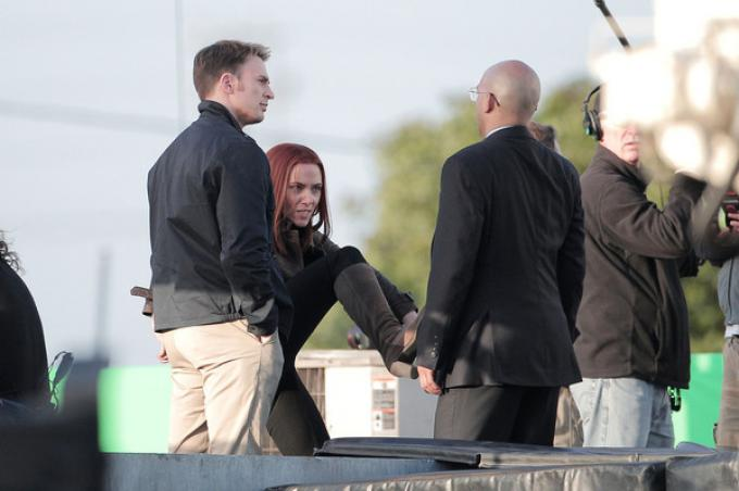 Chris Evans e Scarlett Johansson sul set di Captain America: The Winter Soldier.