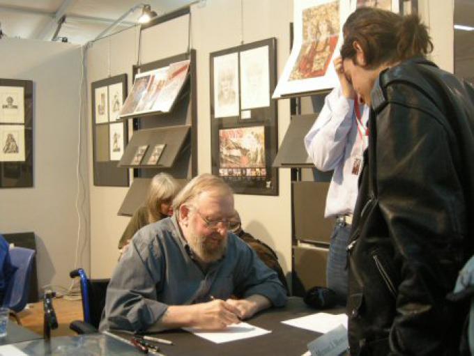 Michael Moorcock durante la sessione di autografi