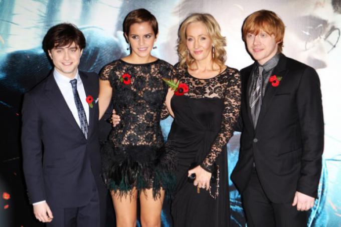 Daniel Radcliffe, Emma Watson, Rupert Grint e J.K.Rowling alla premiere di Harry Potter e i doni della morte, parte 1, lo scorso novembre.
