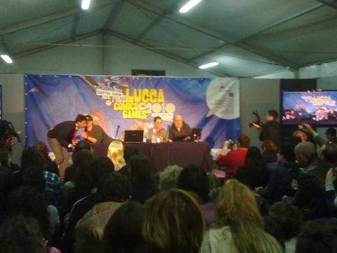 Paolo Barbieri, Licia Troisi e Sandrone Dazieri circondati dalla folla.