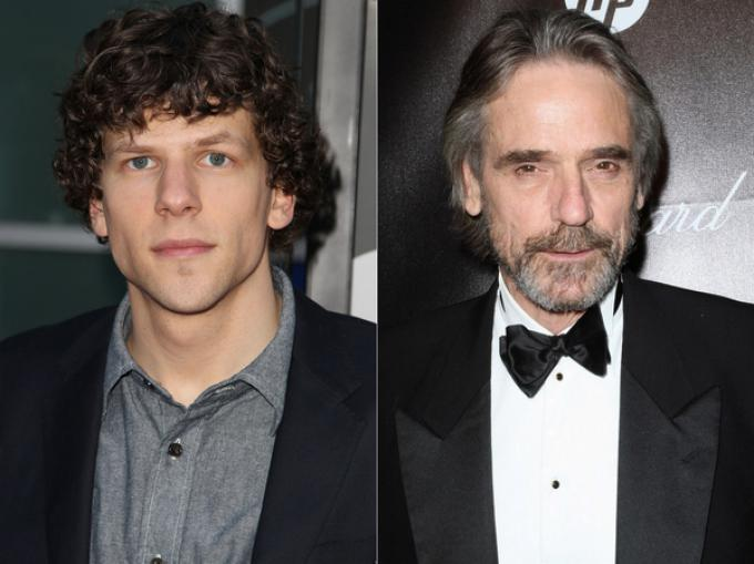 Jesse Eisenberg (Lex Luthor, a sinistra) e Jeremy Irons (Alfred Pennyworth, a destra)