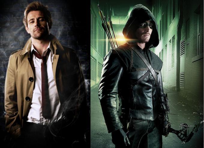 John Constantine (Matt Ryan, a sinistra) e Arrow (Stephen Amell, a destra)