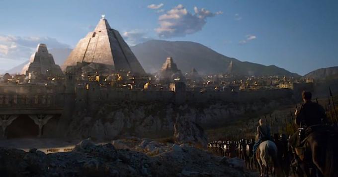 Daenerys Targaryen davanti alla città di Meereen.