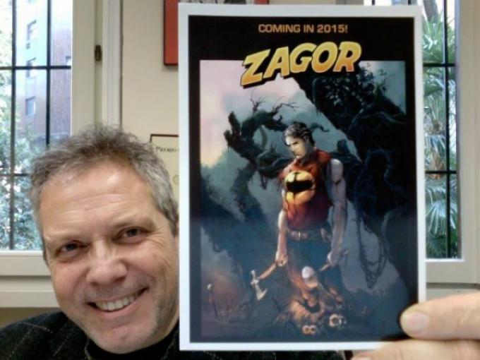 Moreno Burattini mostra la copertina di Zagor versione USA