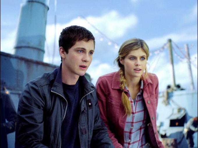 Logan Lerman e Alexandra Daddario in una scena di Percy Jackson e il mare dei mostri