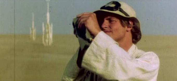 Luke che osserva la battaglia sopra Tatooine.