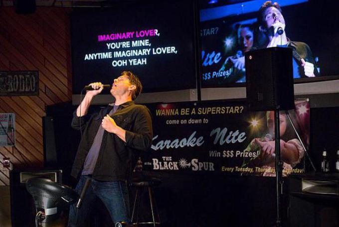 Il demone Dean Winchester impegnato al karaoke.