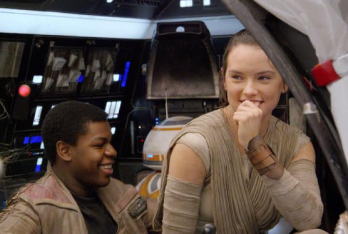 Daisy Ridley (Rey) e John Boyega (Finn)