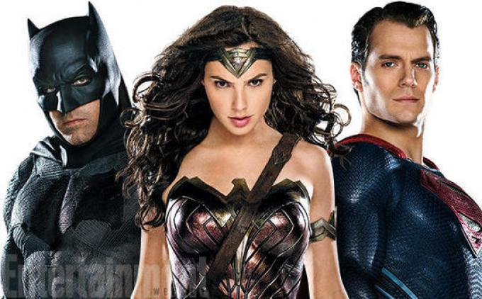 La Trinità nella prima foto ufficiale che la ritrae al completo, da sinistra a destra: Batman (Ben Affleck), Wonder Woman (Gal Gadot) e Superman (Henry Cavill)