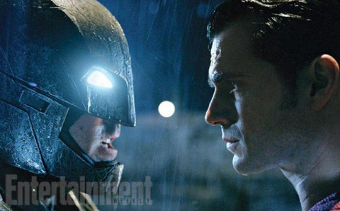 Batman nel Batsuit corazzato (Ben Affleck, a sinistra) e Superman (Henry Cavill, a destra) si fronteggiano
