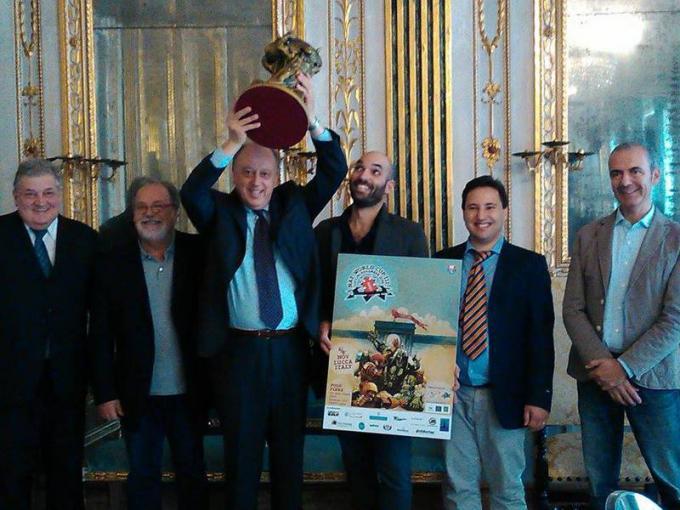 Foto degli organizzatori del Campionato Mondiale. Il Sindaco di Lucca alza la coppa.