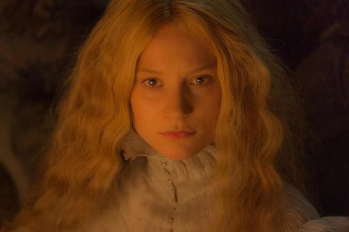 MIA WASIKOWSKA è Edith Cushing in Crimson Peak. Credit: Kerry Hayes