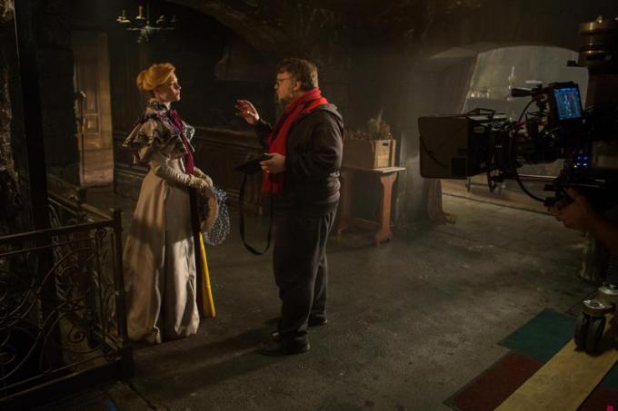 MIA WASIKOWSKA (Edith Cushing) e il regista GUILLERMO DEL TORO sul set di Crimson Peak. Credit: Kerry Hayes